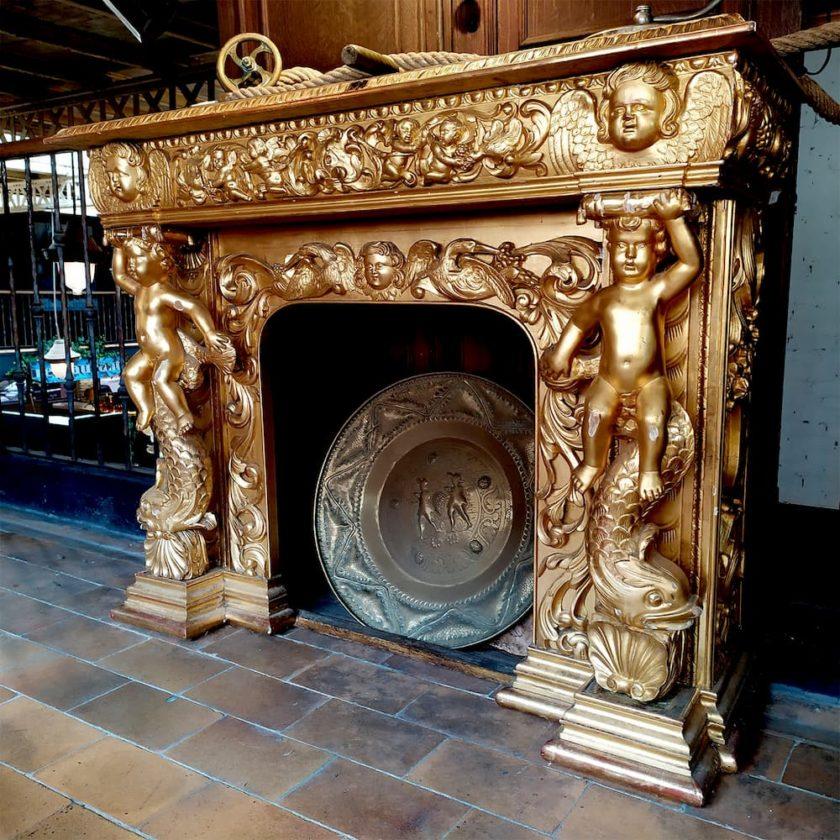 cheminée dorée angelots