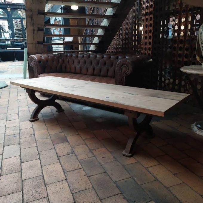 Table en bois fond de wagon style industriel