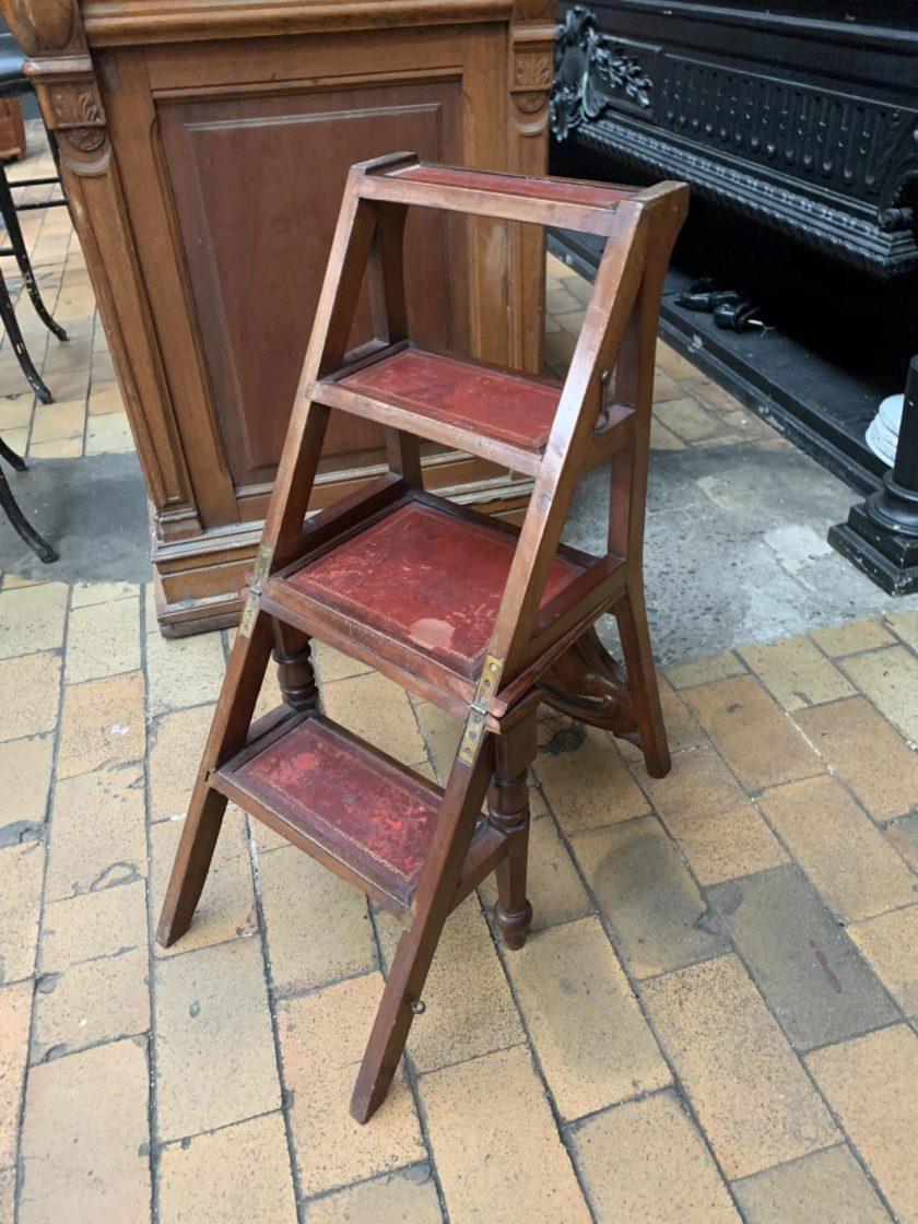 Chaise escabeau dépliée