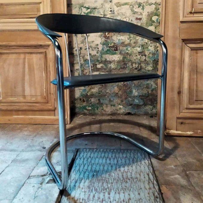 Chaise moderne structure chromé et cuir noir