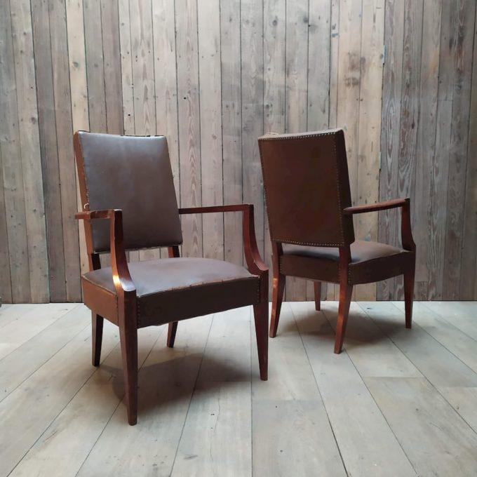 fauteuil en cuir marron usé clouté