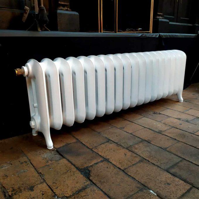 Ajoutez une touche d'authenticité à votre décoration intérieur grâce à nos radiateurs lisses anciens en fonte composé de 3 branches.
