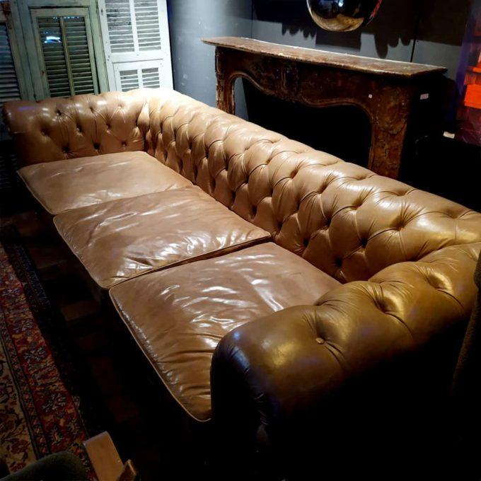 Canapé chesterfield en cuir, 300x120x78cm.