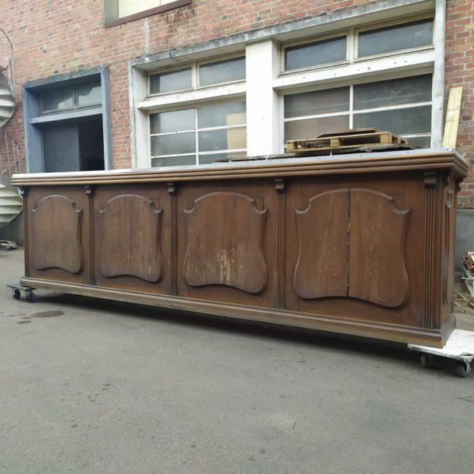 Bar en chêne avec dessus en zinc, 111x391x70cm.
