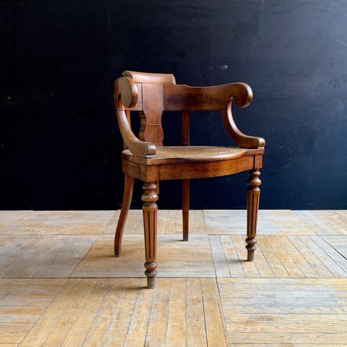 Chaise de barbier ancienne en chêne, 85x59x47cm.