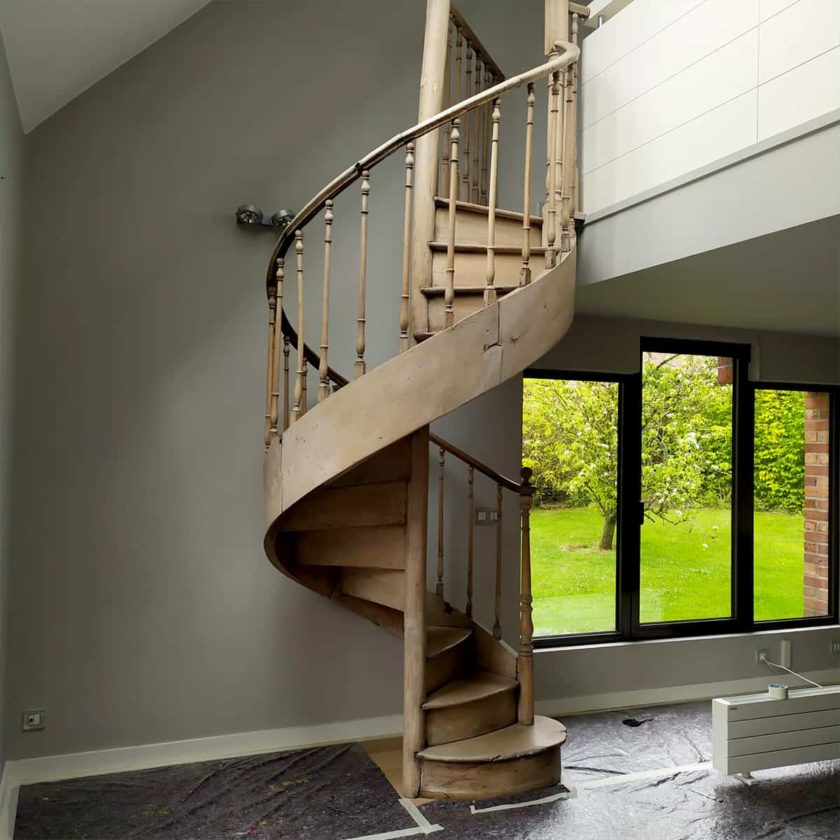 Escalier en colimaçon en orme avec sa rambarde, 255x137cm.