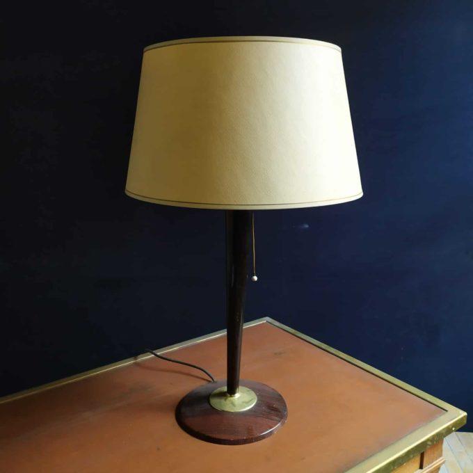 Lampe vintage avec pied en bois et coupelle en verre.