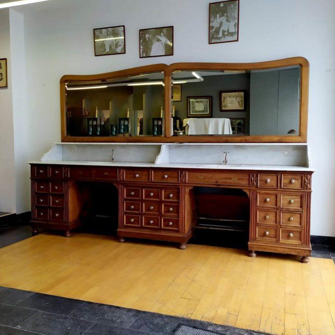 Meuble de barbier en bois avec dessus en marbre ancien, 190x300cm.