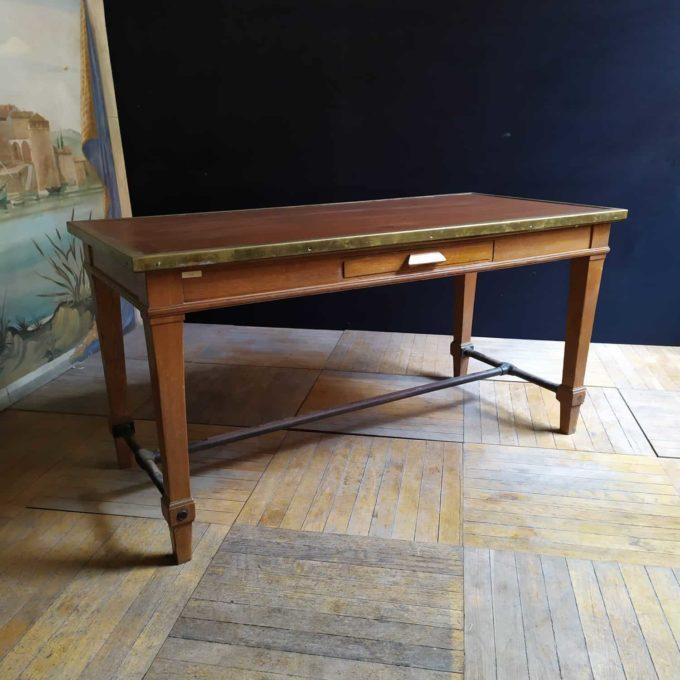 Table de la banque de France en chêne avec bords en laiton