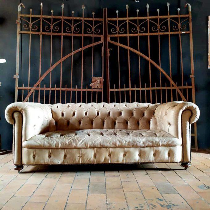 Canapé chesterfield ancien en cuir, 200x90x71cm.