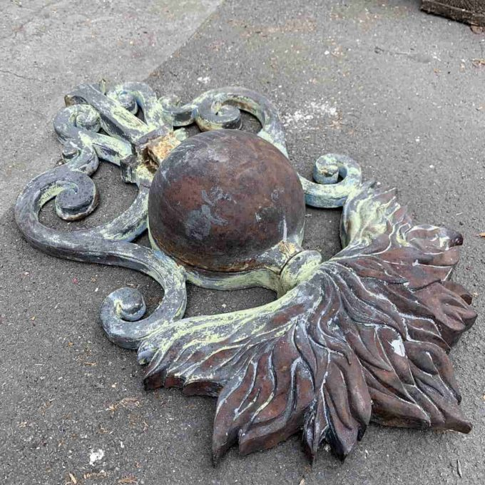 Ecusson ancien en fonte, 70X40cm.