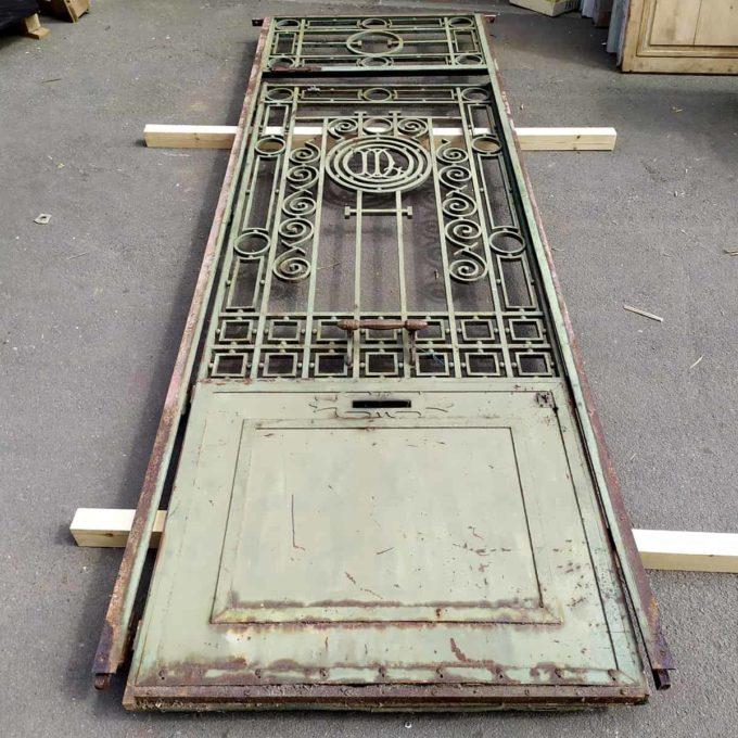 Porte ancienne métallique, 317x104cm.