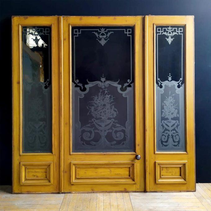 porte ancienne gravée